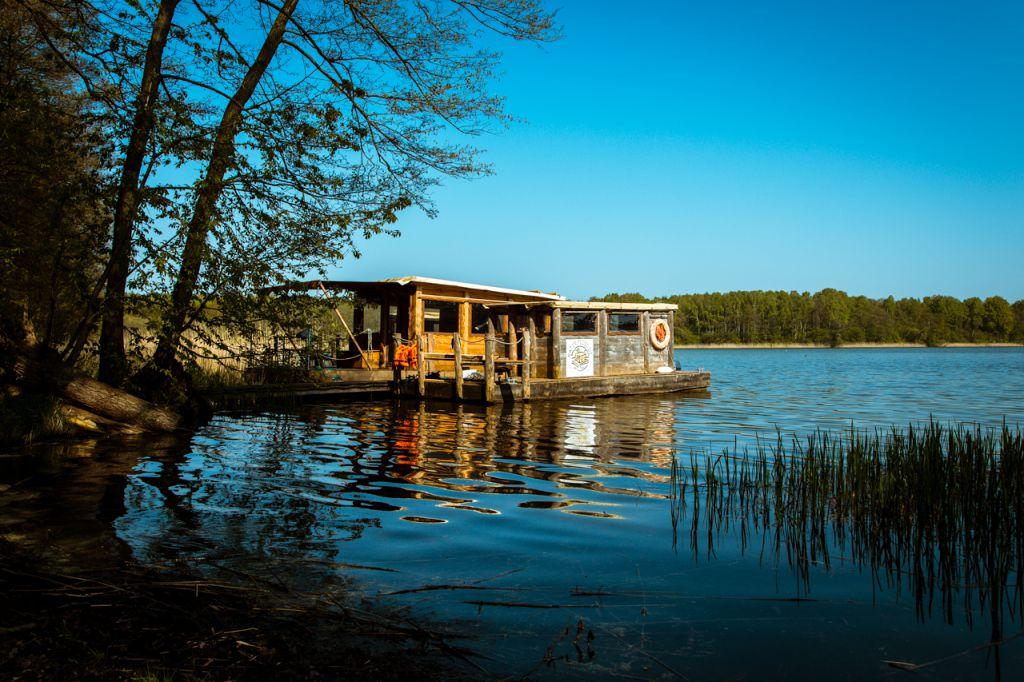 Auf dieser schwimmenden Mini-Insel erkundet das NABU-Team die Havel. (Bildquelle: NABU)