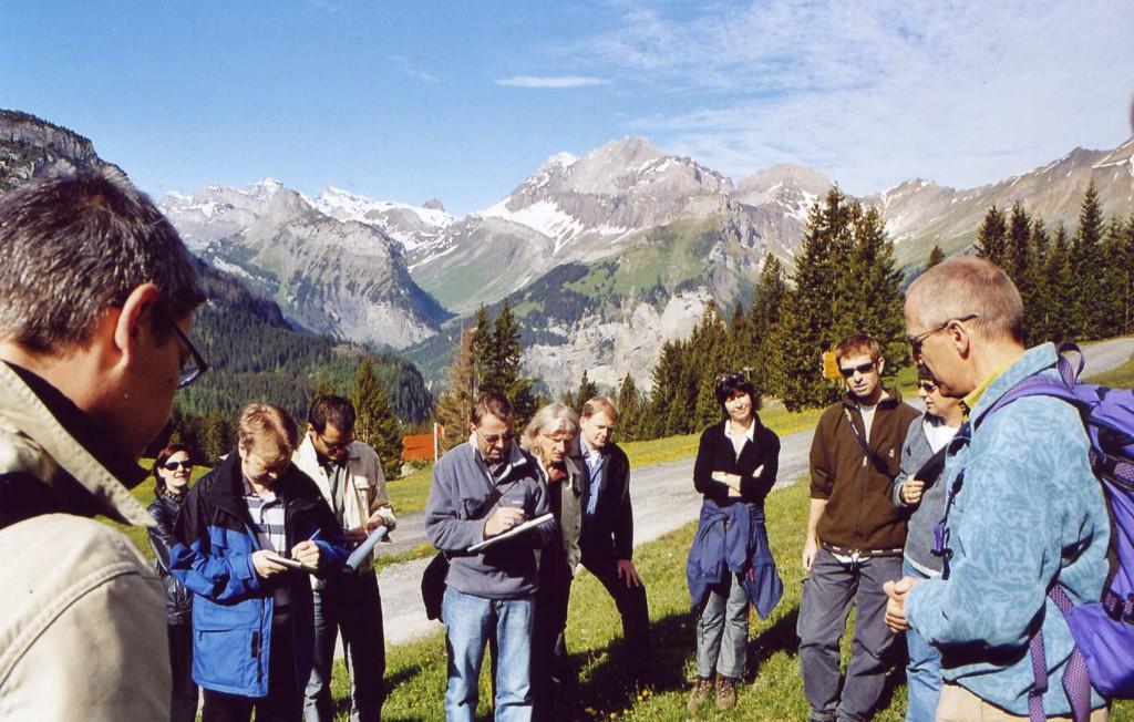 Buchpremiere Flora alpina: Autor David Aeschimann erläutert die Blumenwelt am Oeschinensee bei Kandersteg. Man beachte die heute fast schon historisch anmutenden Arbeitsmaterialen Stift und Block der Journalisten.