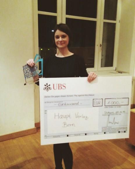 Verleihung JugendSachbuchPreis 2015_b_Stephanie Uhlig mit Scheck
